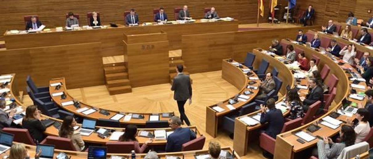 Un diputado se acerca a la tribuna de oradores de las Corts Valencianes durante un pleno.