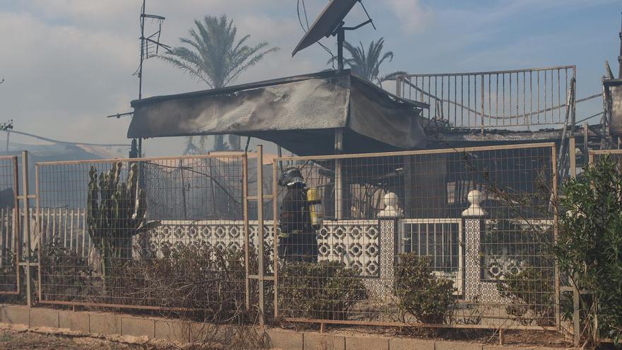 Un incendio arrasa 19 parcelas del Caravaning de La Manga