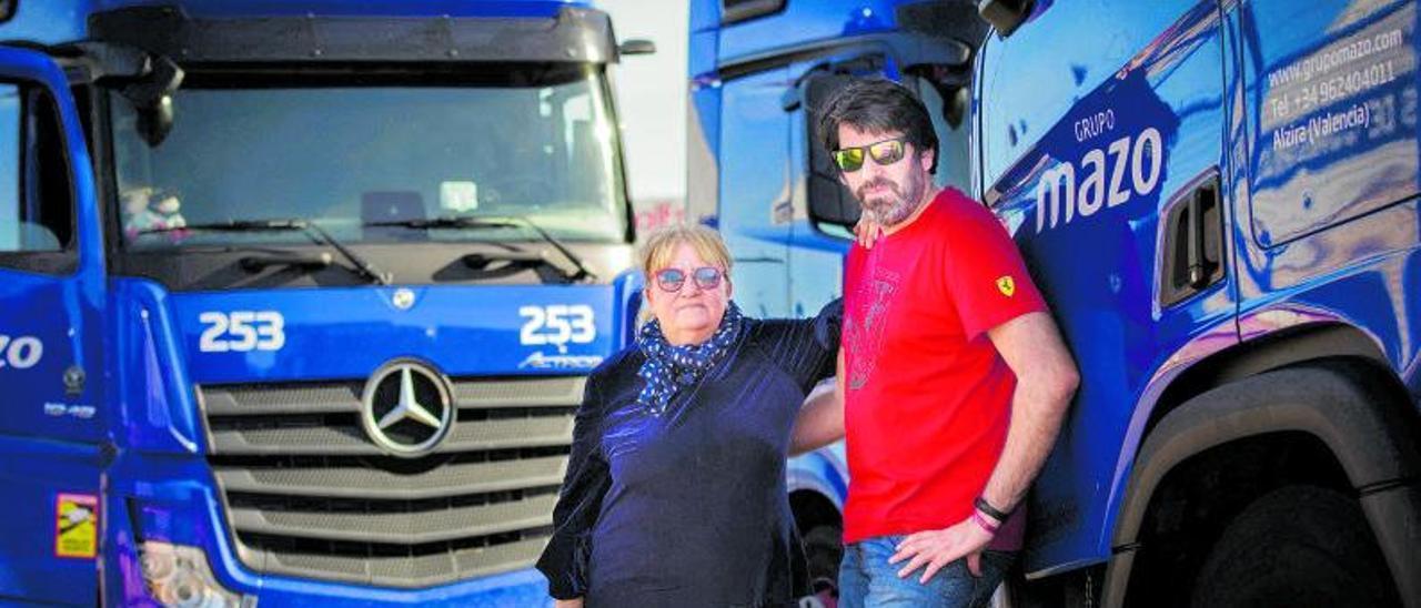 Ana Martínez y Sergio Sánchez, en la base logística de Grupo Mazo de Alzira, en una imagen de principios de enero de este año.   EMV