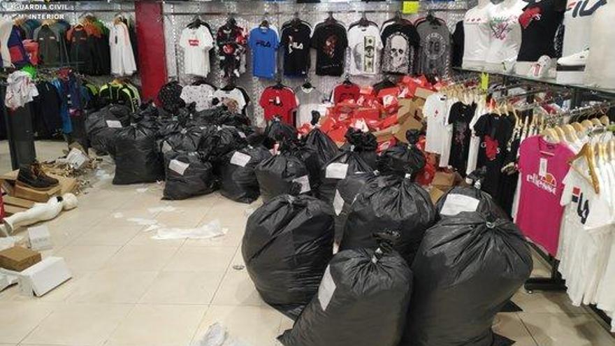 Intervenen 1.650 articles falsificats en un local comercial de La Jonquera