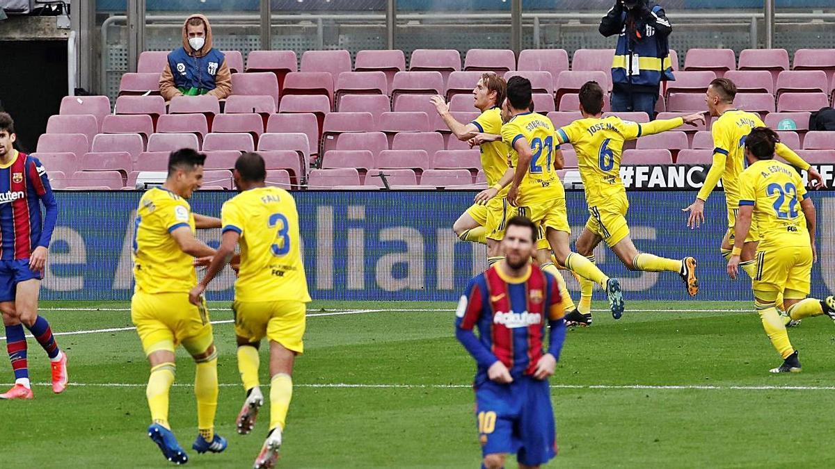 Los futbolistas del Cádiz celebran el gol del empate, en el minuto 89.  | EFE/TONI ALBIR