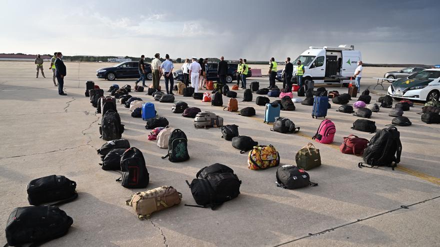 España recibirá este martes a 420 nuevos refugiados afganos y estudia una operación fuera de Kabul