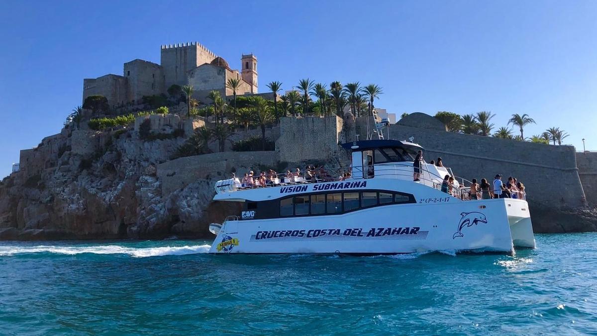 Las golondrinas turísticas realizan visitas guiadas de media hora por Peñíscola, con vistas a las murallas, castillo o el Bufador.