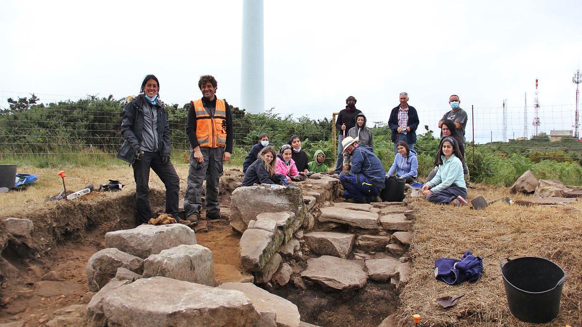 O equipo responsable da escavación da capela, onte, no Monte do Carrio.