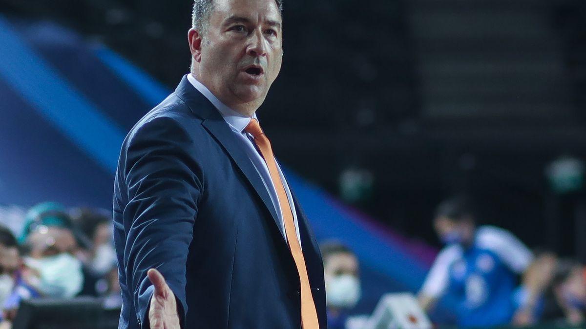 Miguel Méndez da indicaciones en un partido del Ekaterinburg.