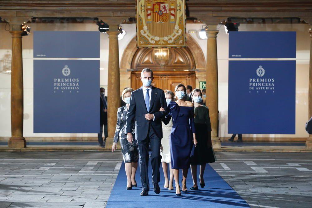 Los Reyes, a la conclusión del acto, seguidos de sus hijas y la Reina Sofía.