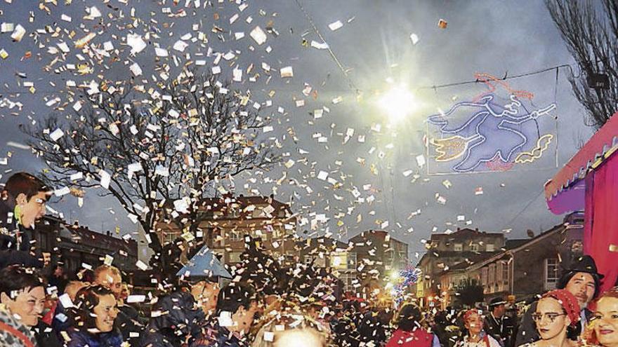 Miles de personas respaldan la Festa do Momo de Vilanova