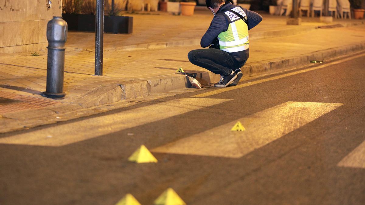 La policía científica recoge pruebas en el barrio del Zaidín.