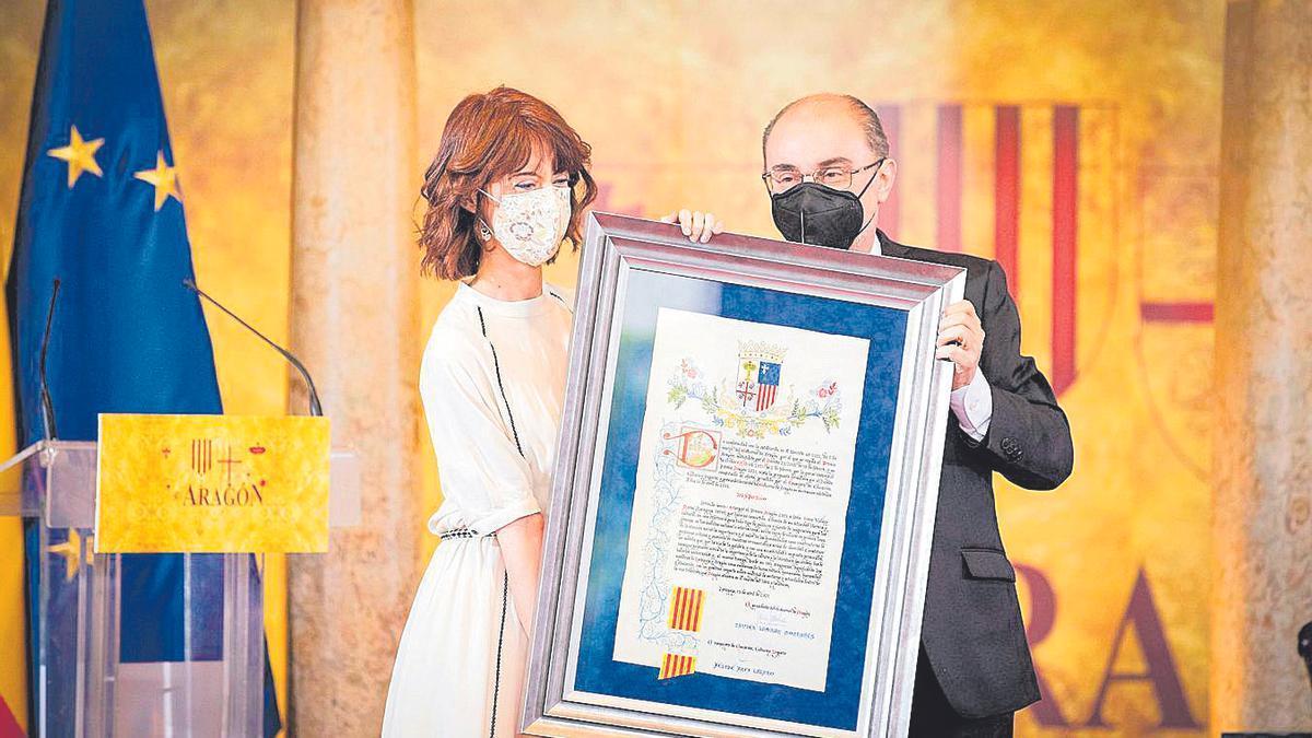 Irene Vallejo recoge el Premio Aragón 2021 de manos de Javier Lambán, presidente de Aragón.