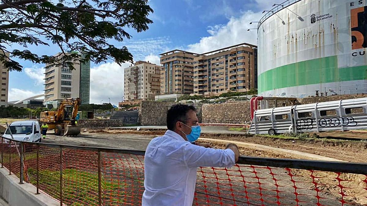 El concejal de Urbanismo de la capital, Carlos Tarife, del PP, visita la obra de la zona verde junto a El Tanque.