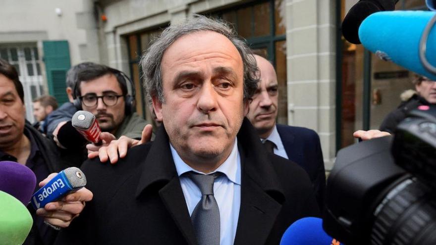 Platini será investigado en Suiza por desvío de fondos