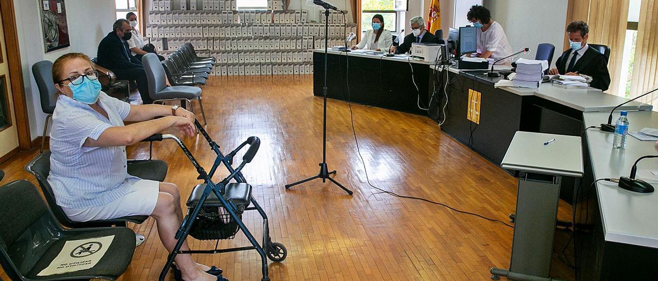 Ana, en la sala de vistas momentos antes de empezar el juicio para reclamar su indemnización.   RAFA ARJONES