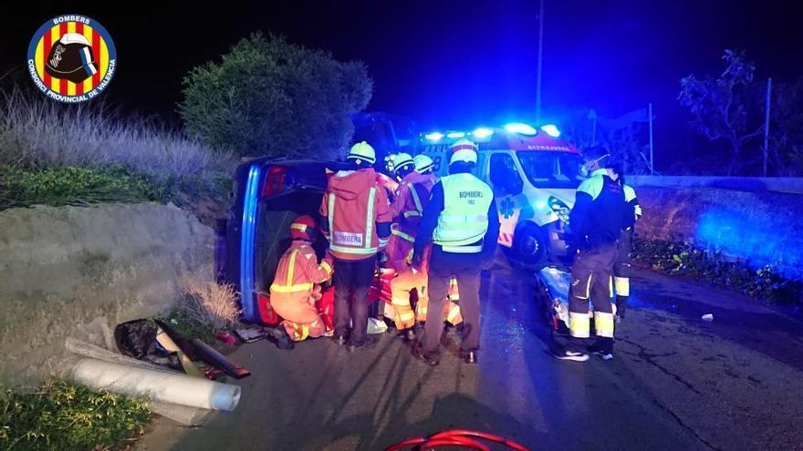 Dos jóvenes heridos con su coche en Rafelbunyol