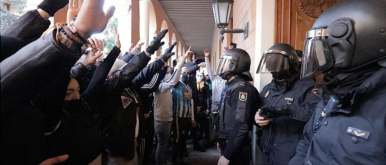 Impresionantes imágenes de la protesta de los restauradores ante el Parlament y en las calles de Palma