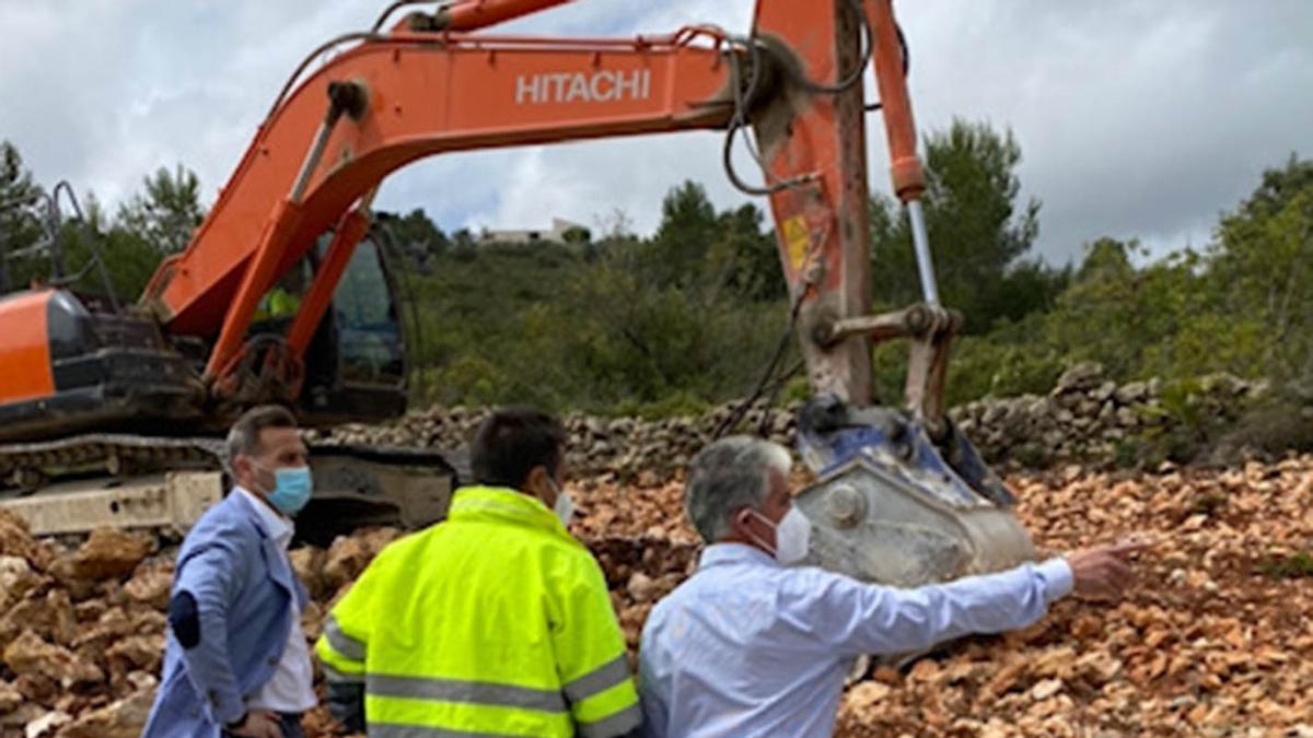 El diputado de Carreteras, Alejandro Morant y el alcalde de Llíber, José Juan Reus, en las obras de la carretera