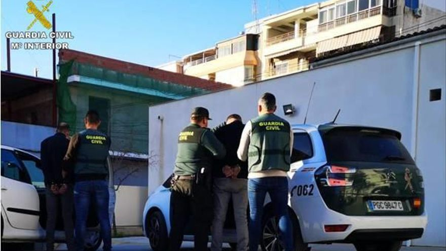 Dos arrestados por desvalijar coches en Crevillent, San Fulgencio y San Javier