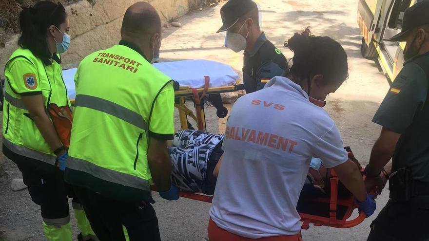 Una bañista sufre una caída en el difícil acceso a la cala de Els Testos de Benitatxell
