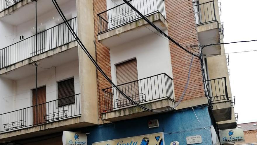 Cae un tendido de telefonía en una calle de Los Bloques, en Zamora capital