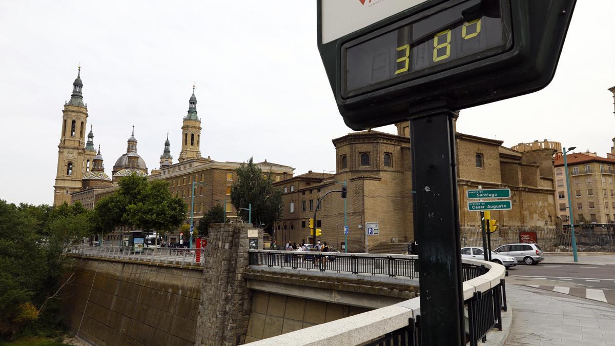 El termómetro del puente de Santiago marcaba 38 ºC a las 18 horas.