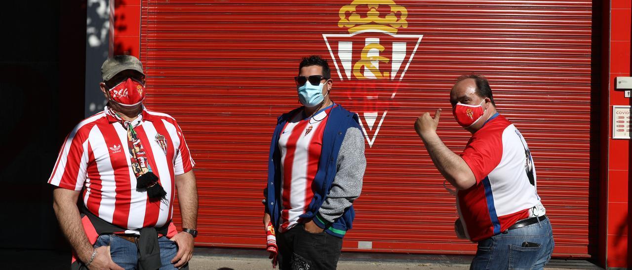 Aficionados del Sporting antes de entrar en El Molinón para ver el partido ante el Almería