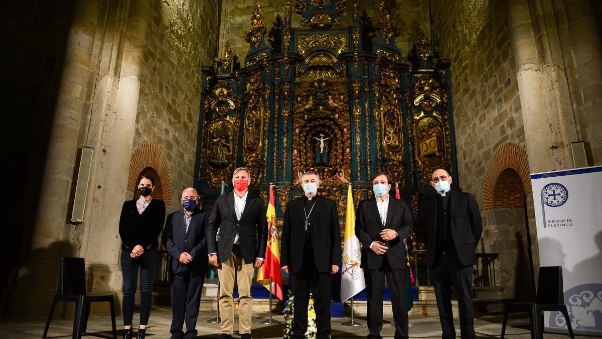 Las autoridades que se han unido en el proyecto, en la catedral de Santa María.