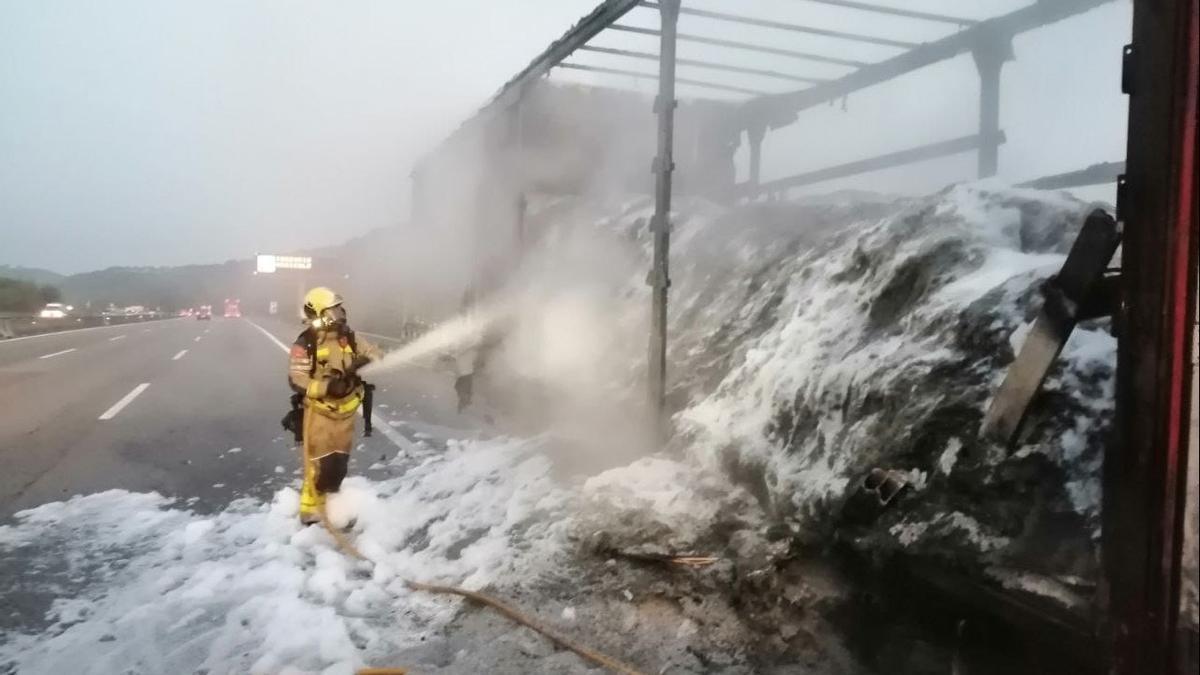 Els bombers extingint l'incendi del camió de Fogars de la Selva