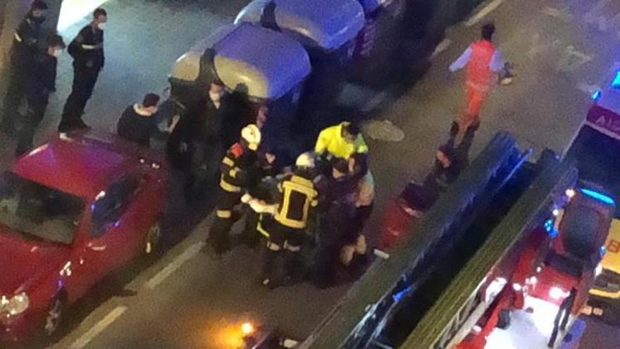 Los bomberos rescatan a tres menores de un incendio en la avenida Malva-rosa.