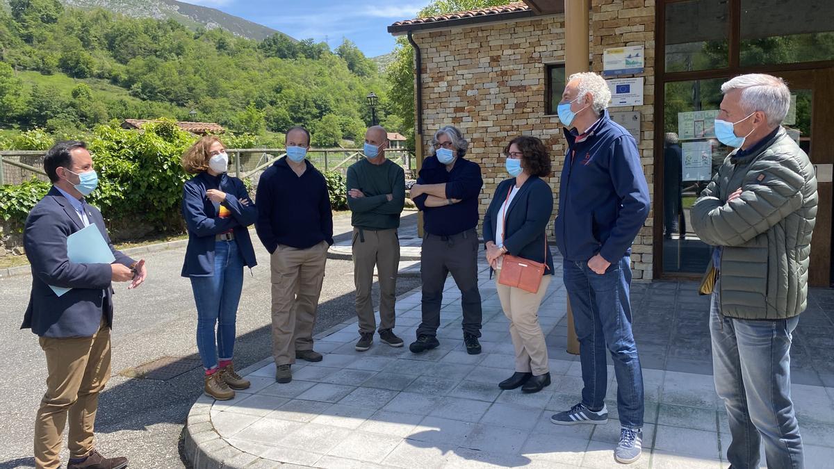 David Villar, a la izquierda, junto a los científicos y técnicos, así como el alcalde de Sobrescobio.