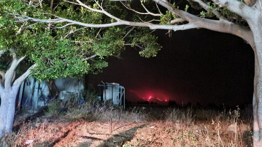 Desalojan a 40 personas en un núcleo de Estepona por la caída de pavesas