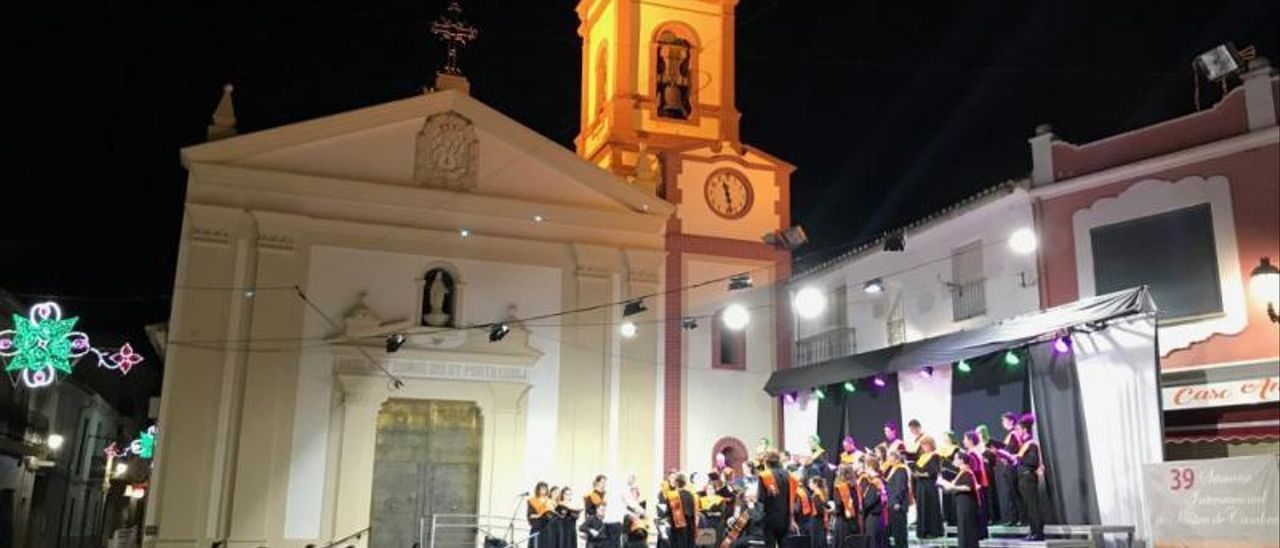 Una actuación en la plaza de la iglesia durante la Semana de la Música de Cámara de Montserrat.   LEVANTE-EMV