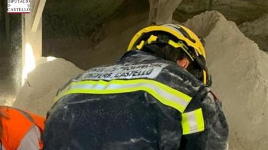 Imagen de los bomberos intentando recuperar el cuerpo del joven fallecido en Onda.
