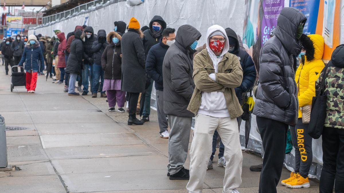 Personas esperando para realizar una prueba PCR en EEUU