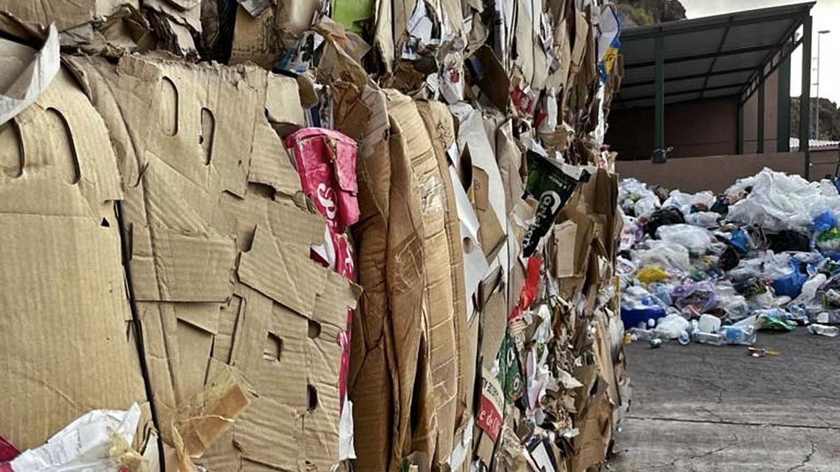 Gestión de envases ligeros y papel-cartón en el complejo medioambiental de El Revolcadero.
