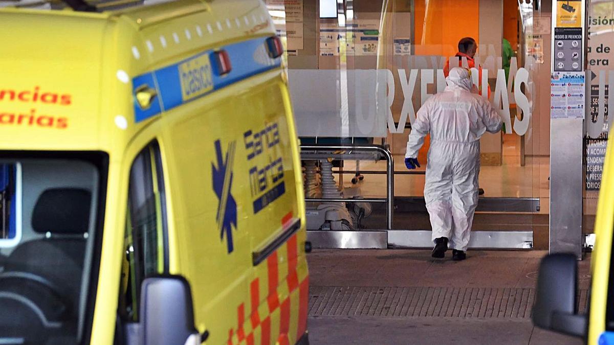Un sanitario con un EPI entra en las Urgencias del Hospital de A Coruña.     // VÍCTOR ECHAVE