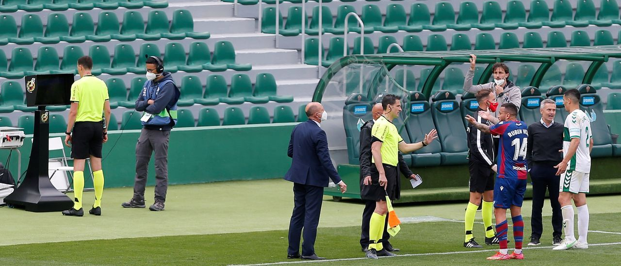 Un colegiado revisando una acción con el VAR durante un partido de Primera
