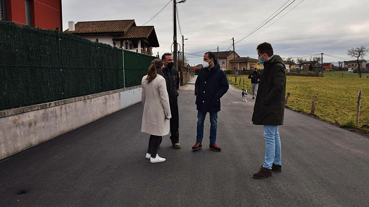 El alcalde de Siero, Ángel García, segundo por la derecha, con tres vecinos de la zona. | R. A. I.