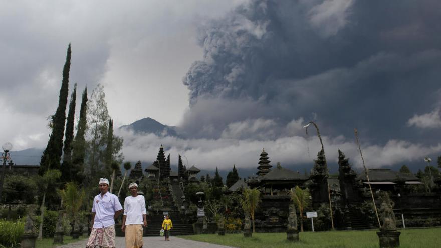 Miles de evacuados en Bali por la erupción del monte Agung