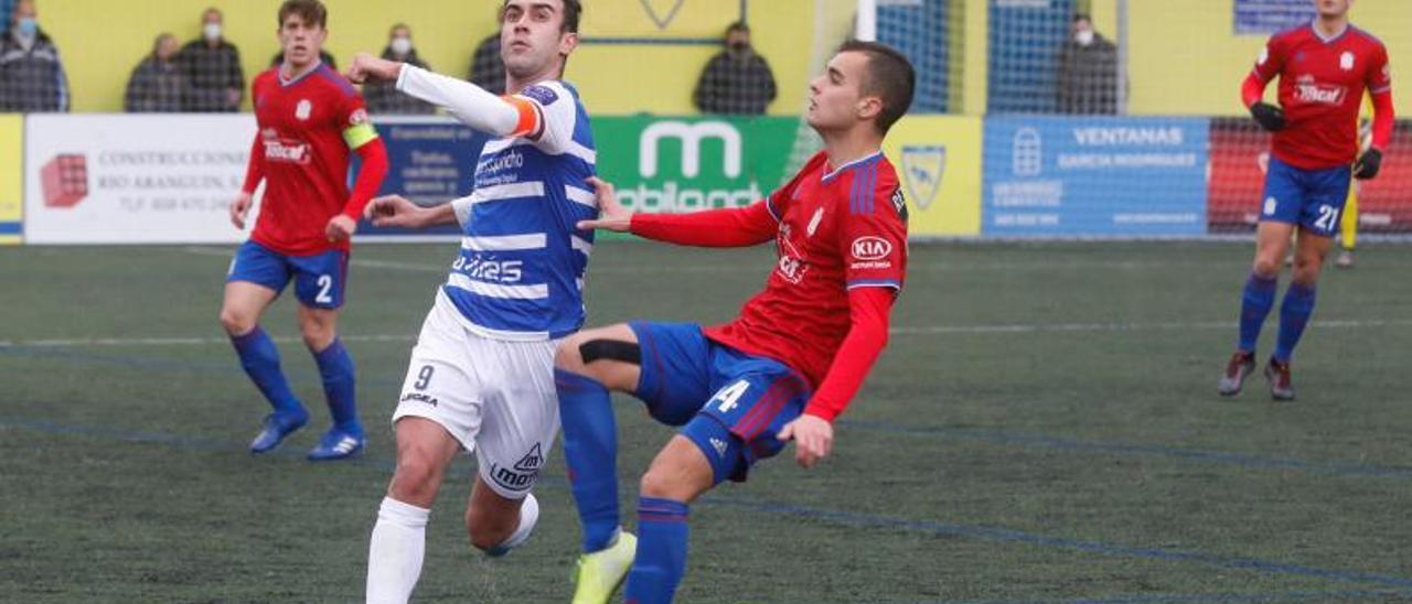 David Iglesias, a la derecha, presiona a Wisi en un Avilés Stadium-Praviano