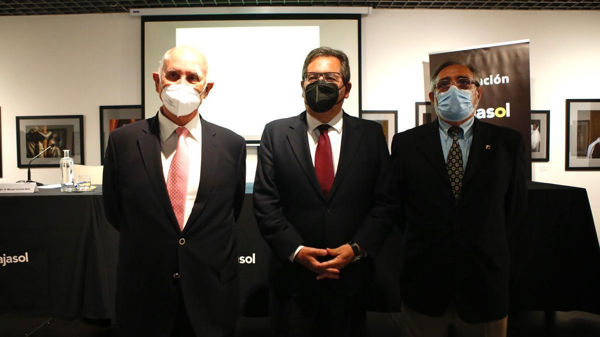Conferencia de Manuel Concha sobre Antonio Povedano (de izquierda a derecha, Manuel concha, Antonio Pulido y Eduardo Mármol).