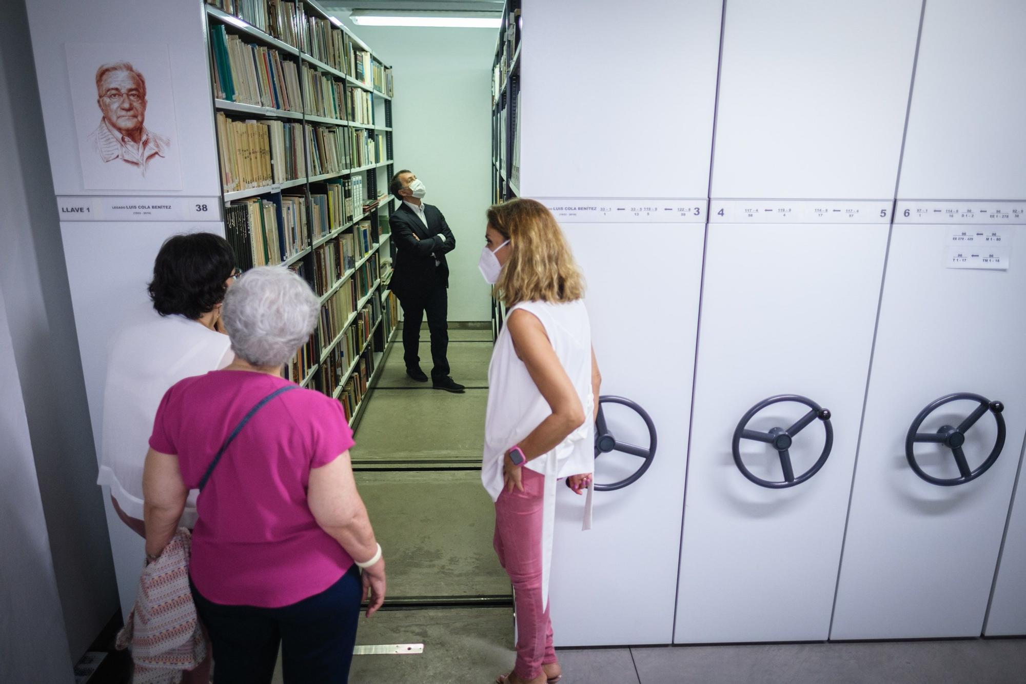 Donación a la biblioteca municipal de los fondos de Luis Cola