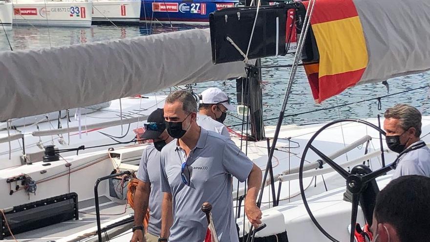 Felipe VI asiste al izado de la bandera del V centenario de la primera vuelta al mundo en Palma
