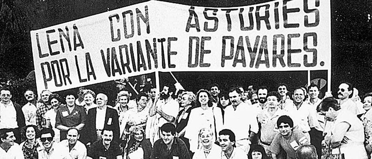 Concentración en Lena en favor de la variante de Pajares celebrada en los años ochenta, tras ser desechada por el Gobierno de Felipe González.   M. V.