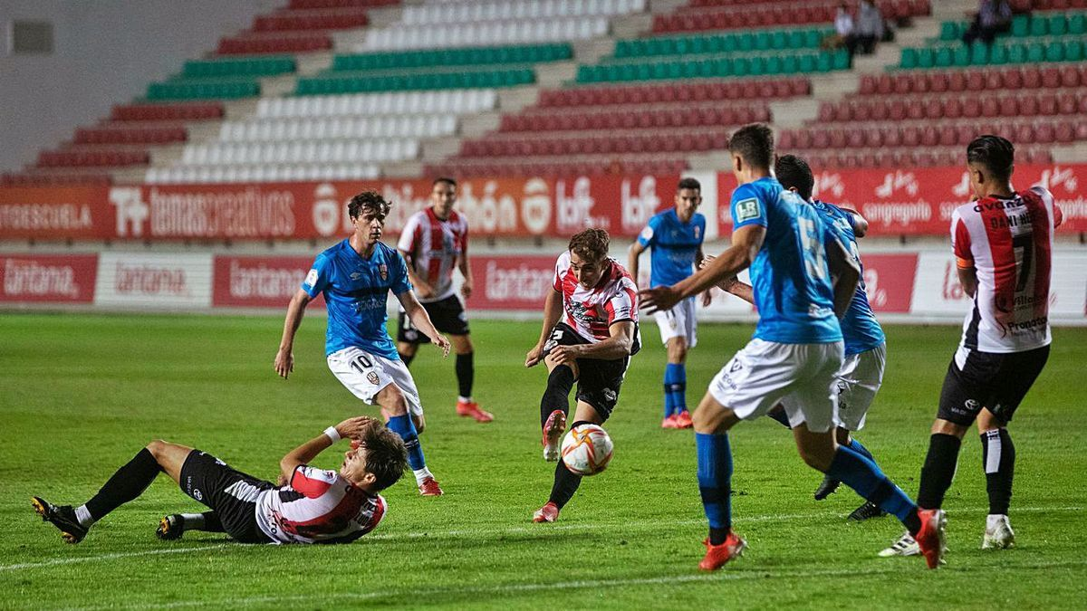 Baselga chuta a portería durante el encuentro disputado en el Ruta de la Plata el sábado.