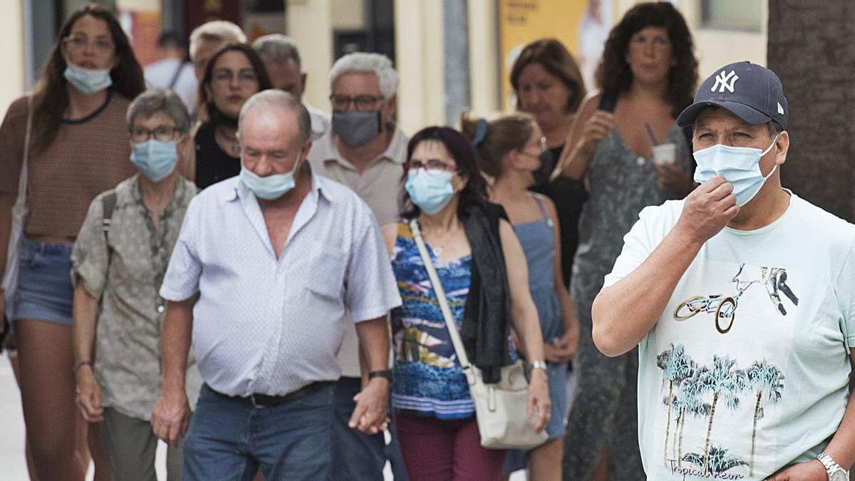 Primer dia en què es va poder anar sense mascareta al carrer, el 26 de juny, a Manresa   | ARXIU/OSCAR BAYONA