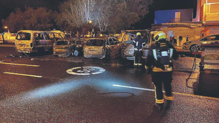 Arden cuatro vehículos en Pozo Izquierdo, en Santa Lucía de Tirajana