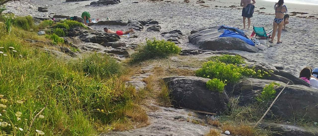 La playa de As Canas, en Priegue, ha perdido más de un metro de arena en los últimos meses.
