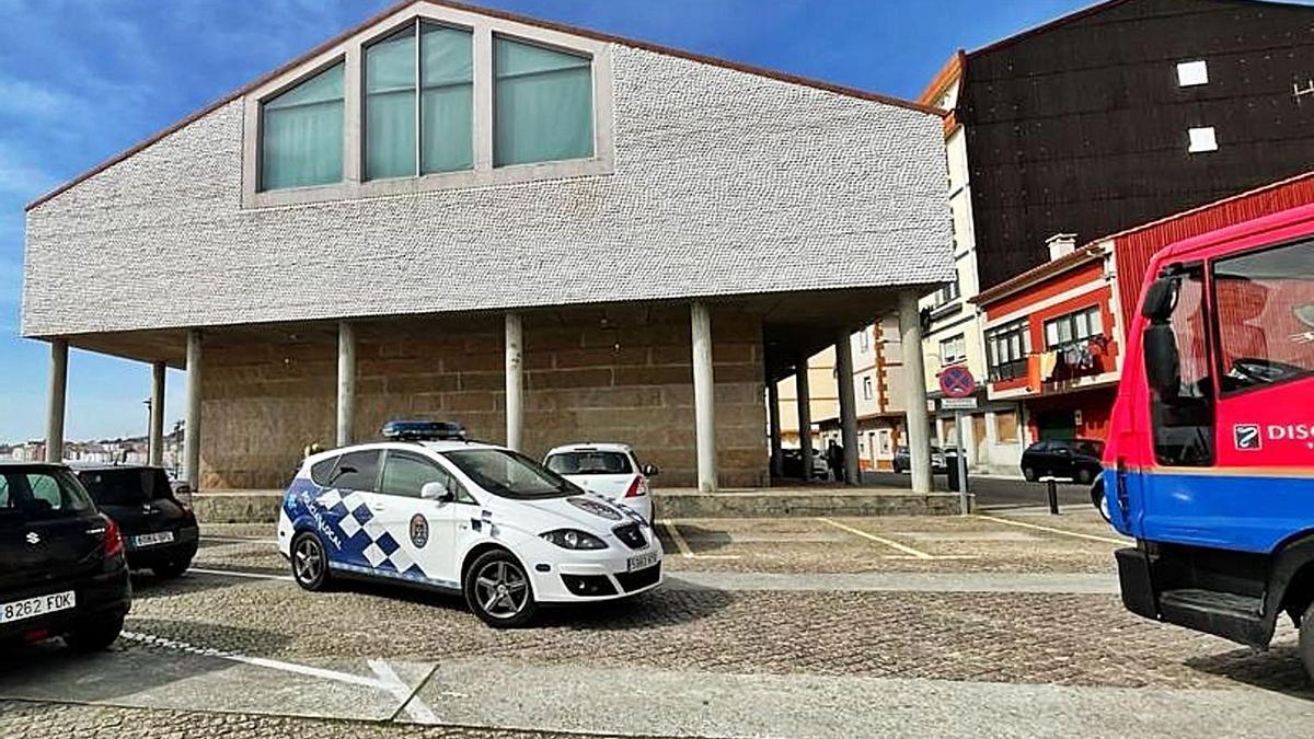 Una dotación de la Policía Local de Cangas, patrullando ayer en el entorno de la Casa da Cultura |   // FDV