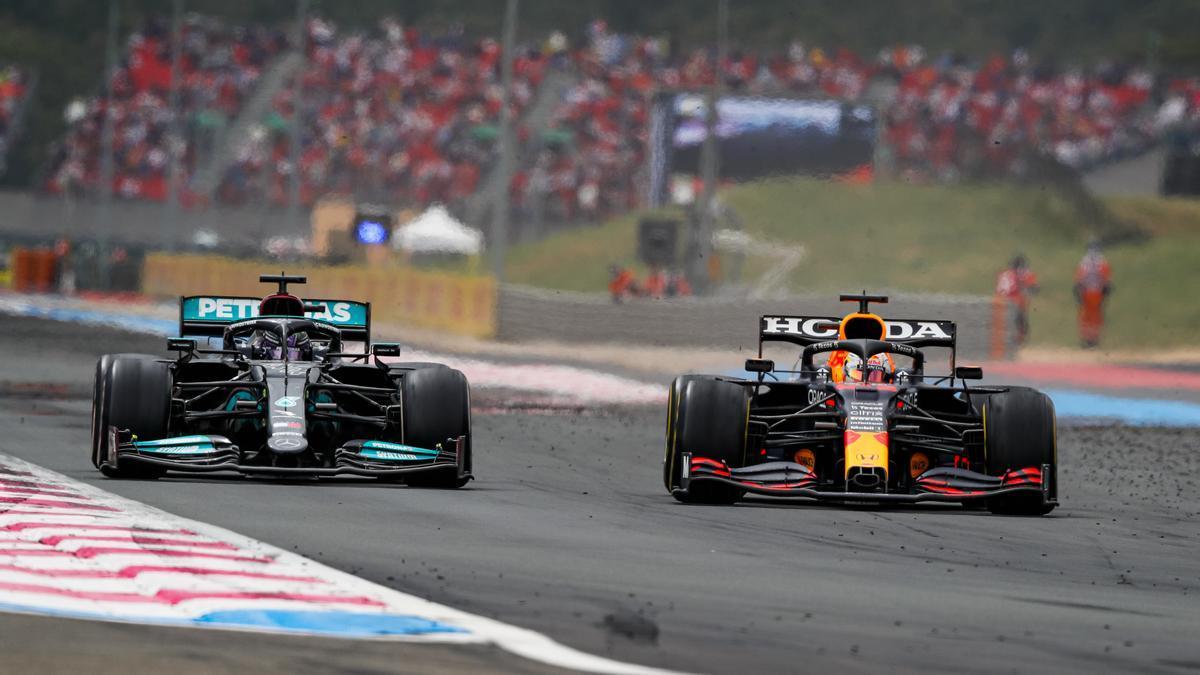 Lewis Hamilton intenta adelantar a Max Verstappen