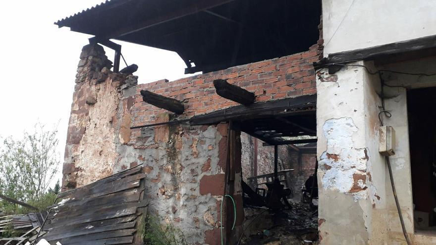 Los bomberos extinguen un incendio en una construcción ubicada en Los Villares, Cabranes