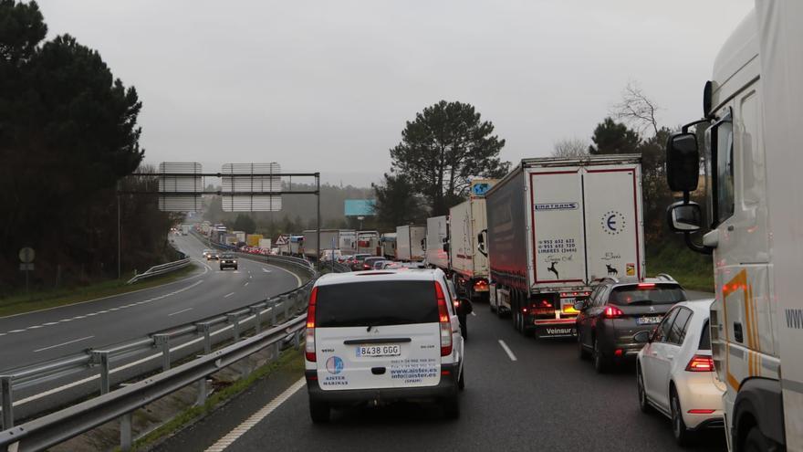 Colas kilométricas, lluvia y larga espera para cruzar la frontera a Portugal